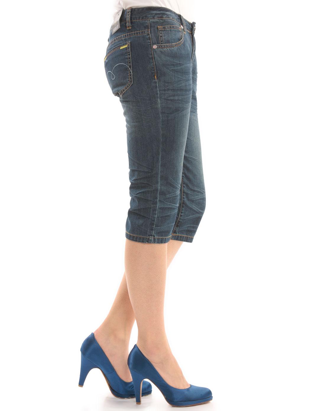 女款蓝色休闲牛仔中裤