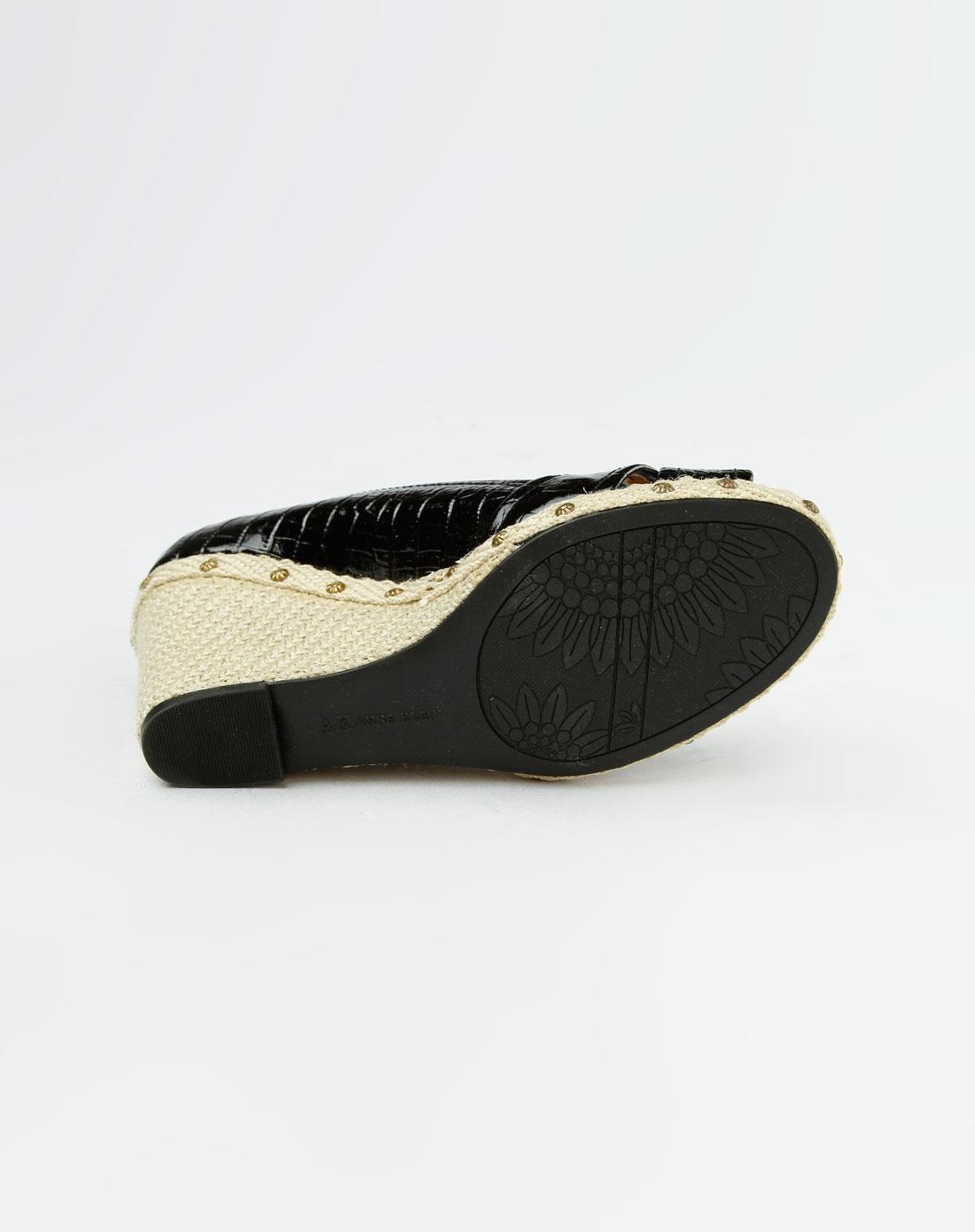 黑色鳄鱼纹坡跟凉鞋_anne