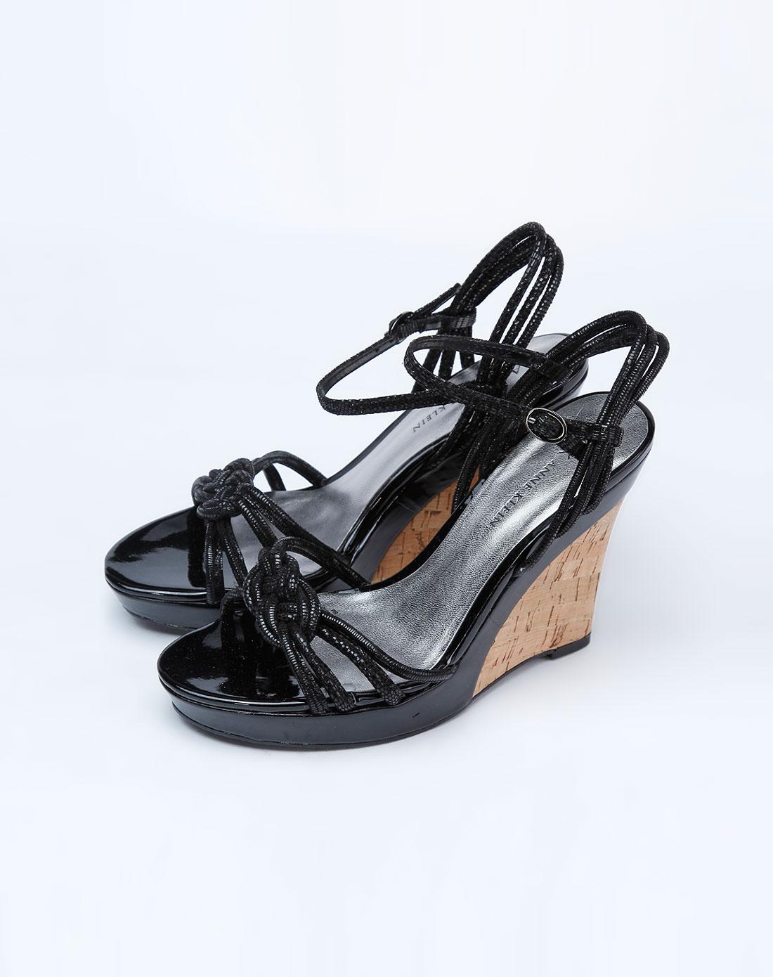 黑色亮面坡跟凉鞋_anne